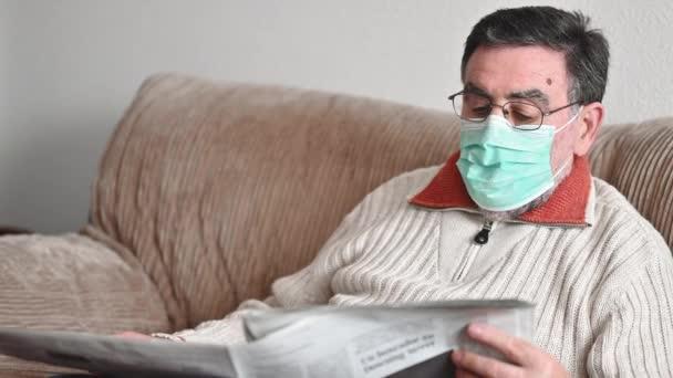 starší muž při čtení novin během epidemie koronaviru.