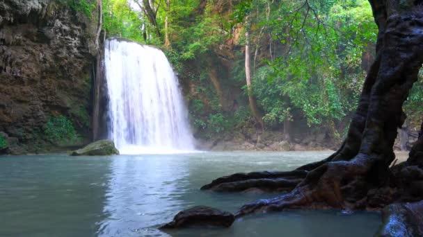 Vodopád v hlubokém lese v Kanchanaburi Thajsku