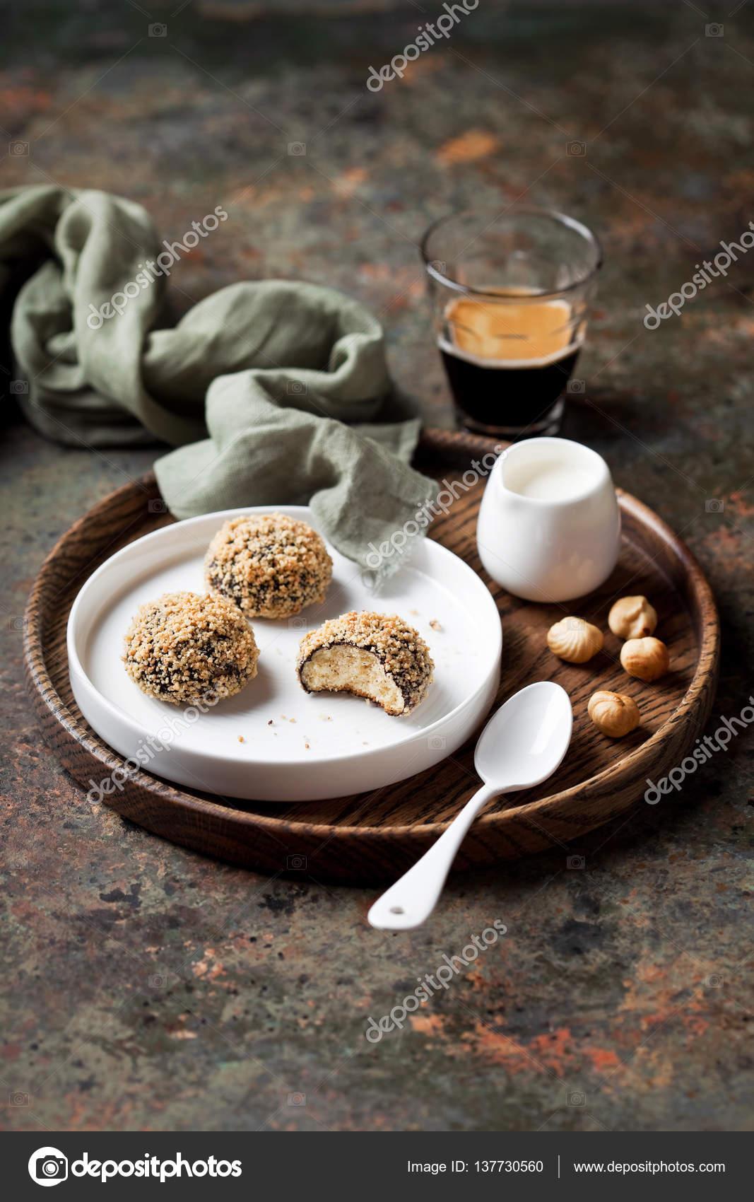 Hausgemachte Mandel Spritzgebäck (Schneeball) mit Kakao und ...