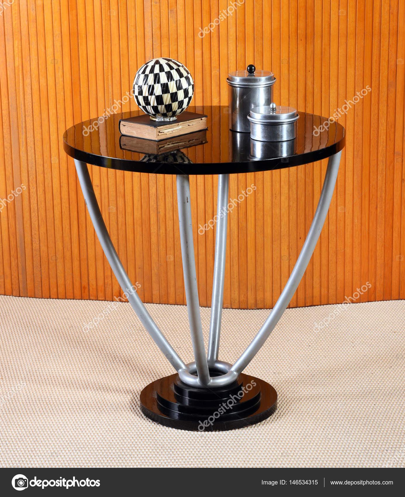 Tavolo rotondo antico con oggetti decorativi — Foto Stock ...