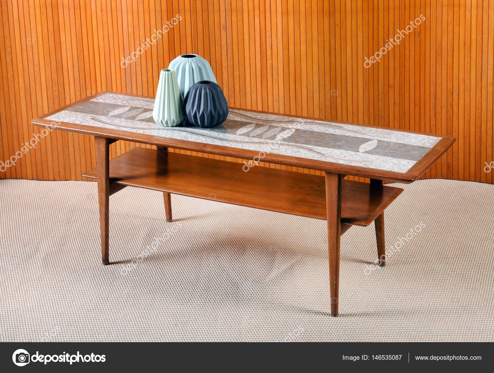 Retro Houten Salontafel.Retro Houten Salontafel Met Decoratieve Vazen Stockfoto