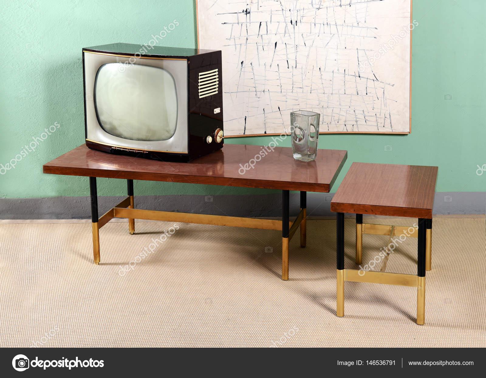 Retro Art Woonkamer : Retro woonkamer met tv tabellen en illustraties u stockfoto