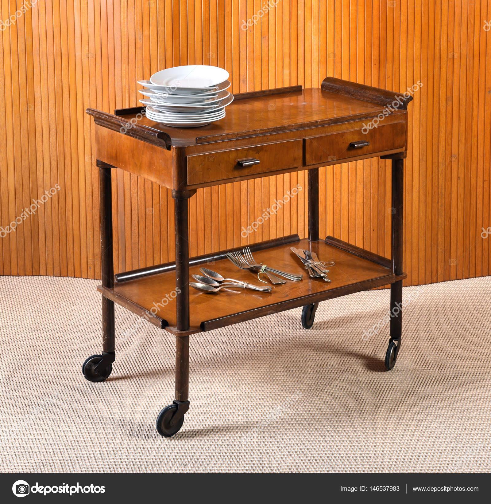 старинные деревянные сервера таблицу или тележки стоковое