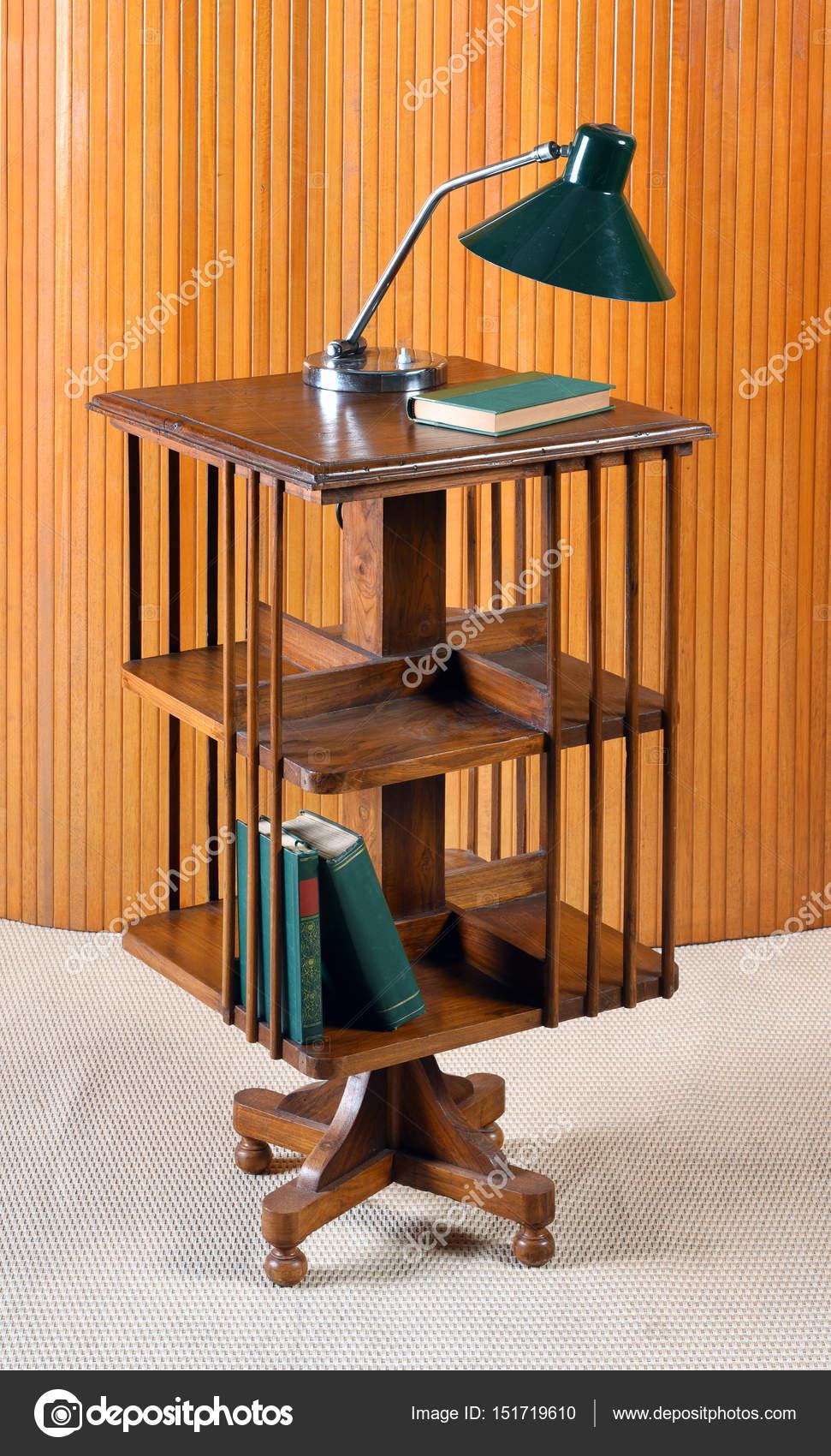 Boekenkastje Op Wieltjes.Kleine Mobiele Houten Boekenkast Op Wielen Stockfoto