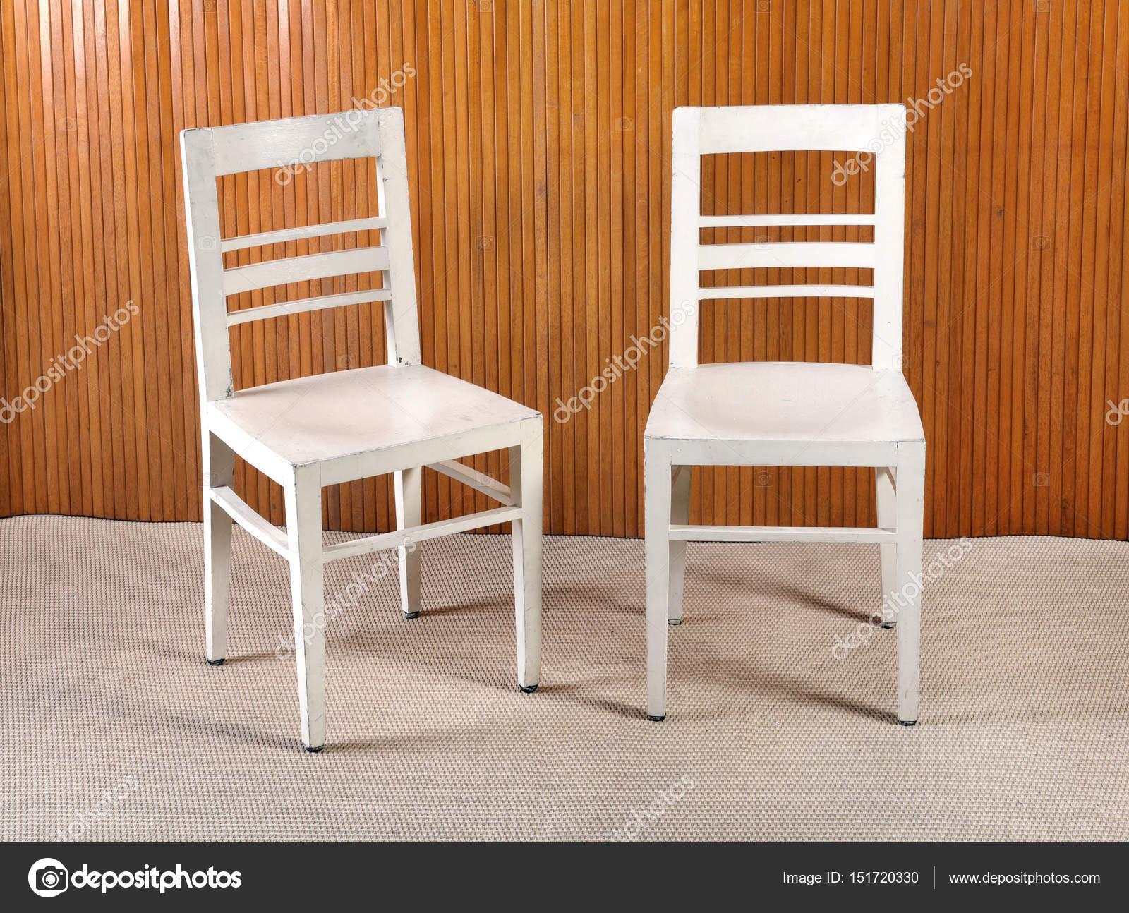 Zwei schlichte weiß gestrichene Küche aus Holz Stühle — Stockfoto ...