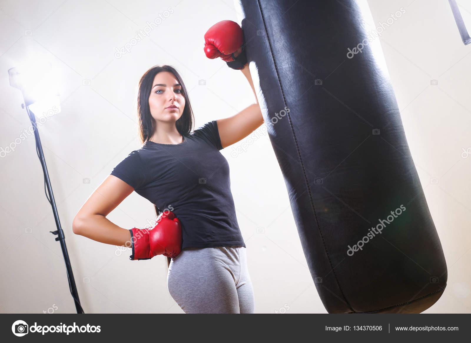 Sport flicka i boxning handskar och kroppen slagsäck — Stockfoto 28b1272f2b856