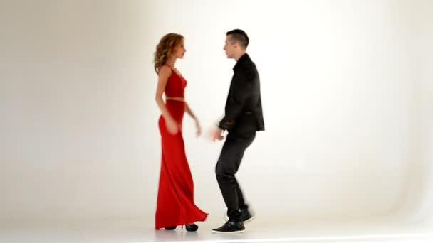 Fiatal elegáns pár tánc