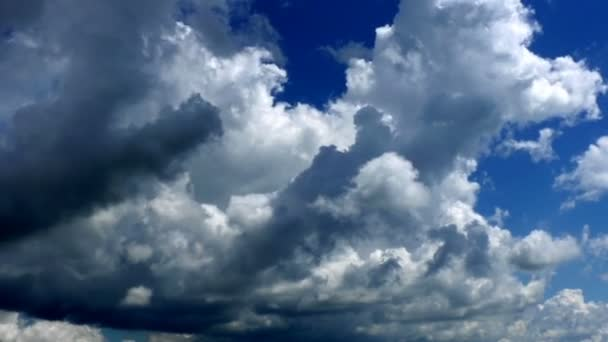 Čas zanikla mraky na modré obloze