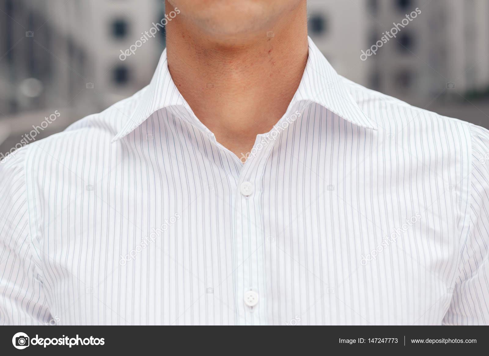 2ed6c9f66bcbd87 Крупным планом на мужской элегантные рубашки с воротником. Бизнесмен,  носить белую рубашку на фоне Офисное здание бизнес центра — Фото автора ...