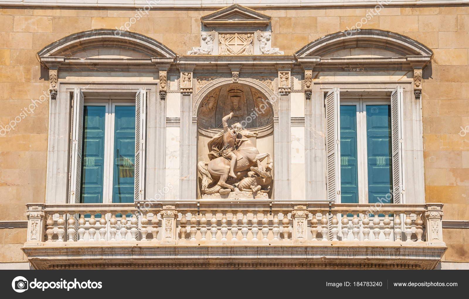 Finestre balcone della casa antica decorata con una for Planimetrie della casa antica