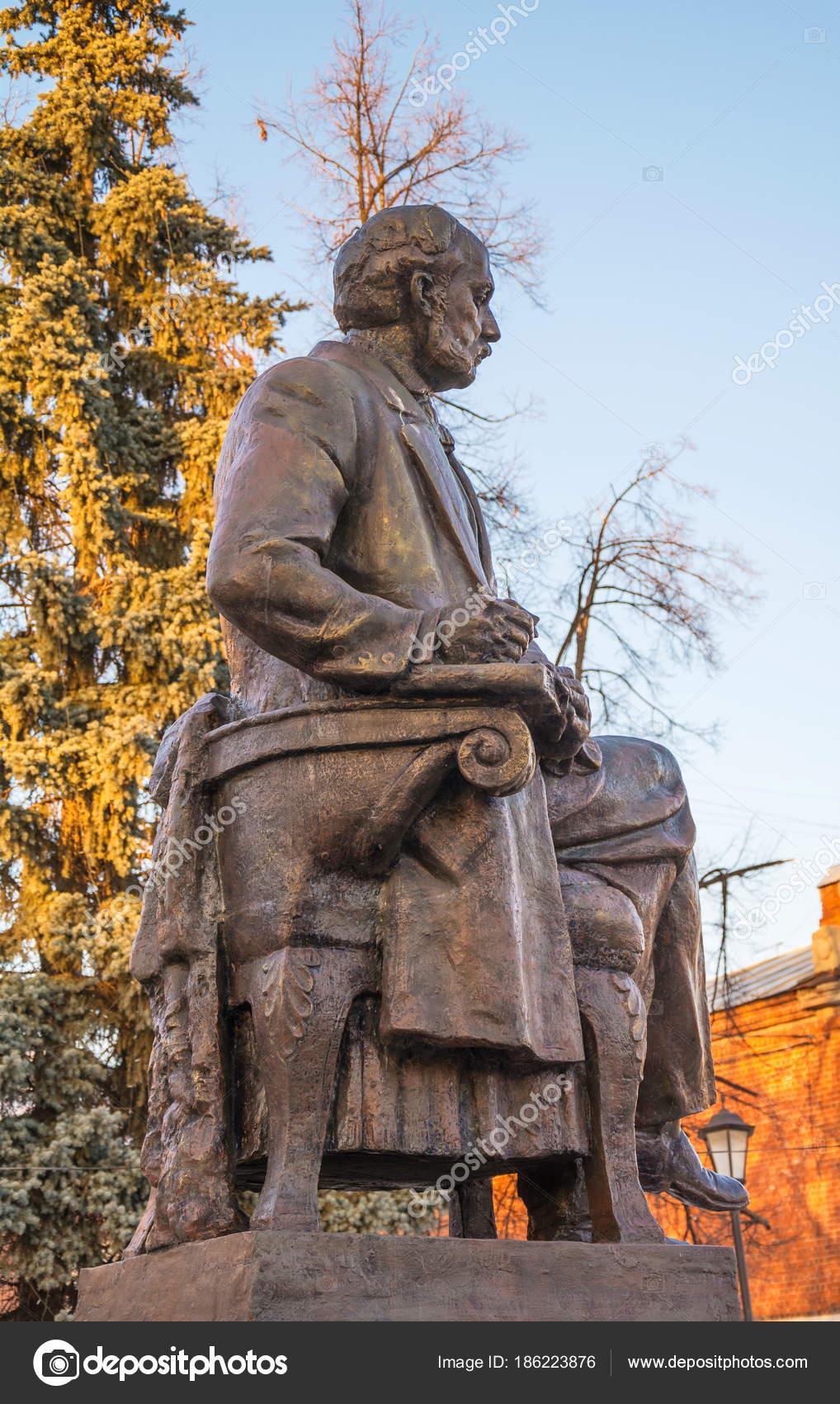 記念碑は 偉大なロシアの作家イ...