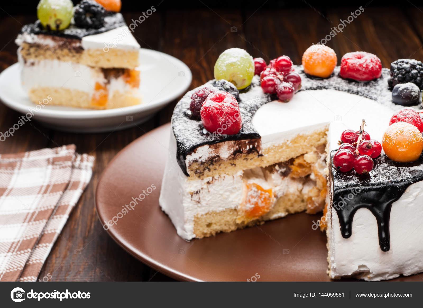 Hausgemachte Schokolade Berry Kuchen Auf Teller über Braun Holz Hintergrund  U2014 Foto Von Karpenyuk