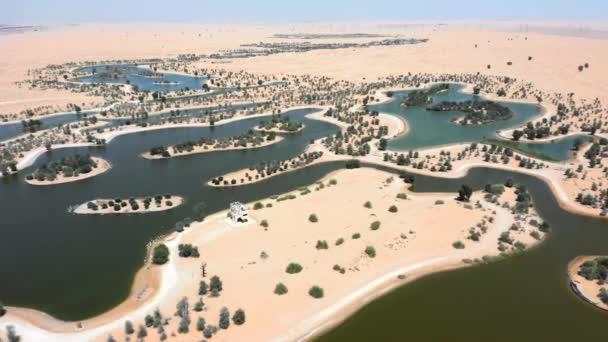Dron záběr Al Marmoom Desert Conservation Reserve nebo Al Qudra člověk udělal jezera v emirátu Dubaj, Uae