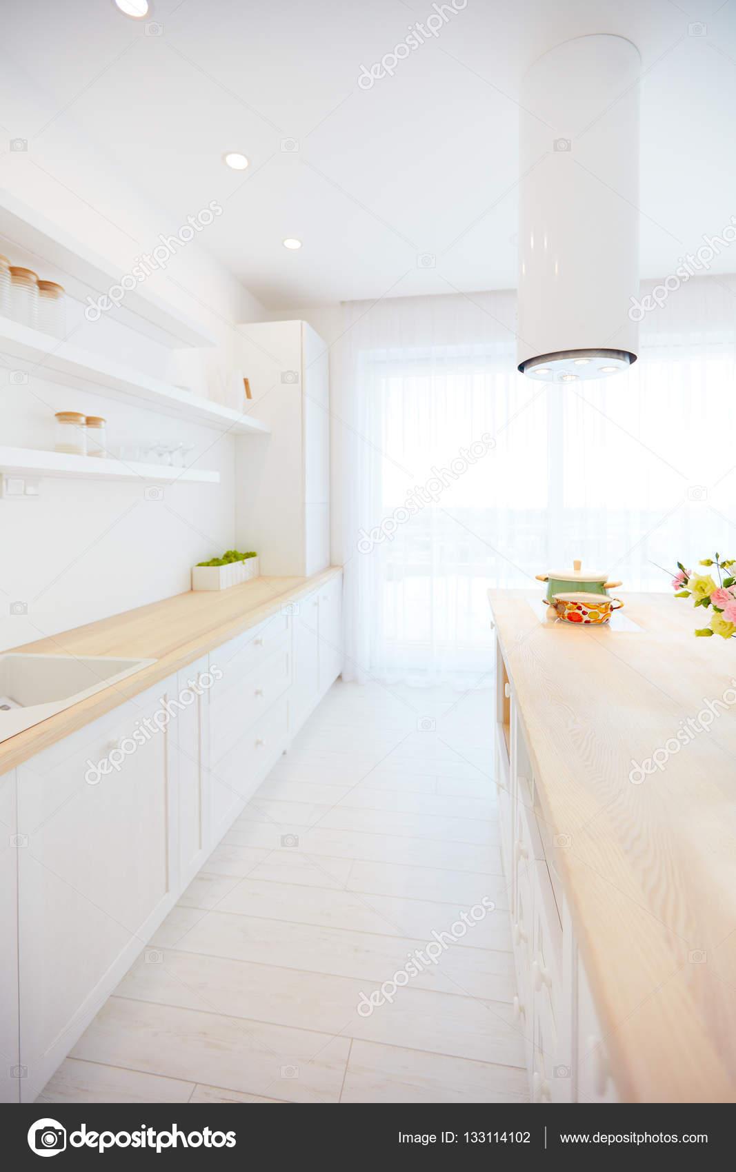 weiße Küche mit Insel-Dunstabzugshaube und Hängeregale aus Holz ...