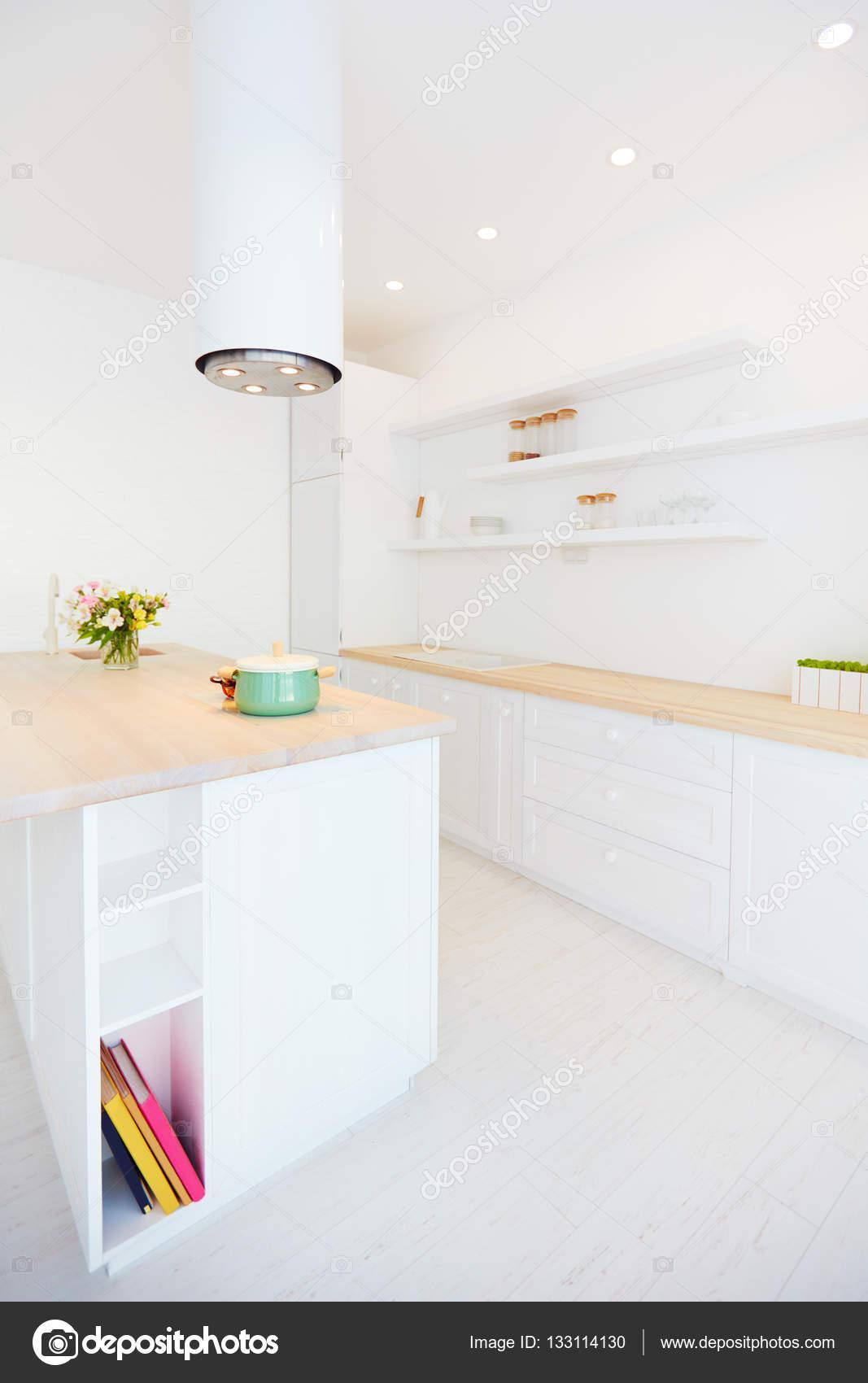 Cozinha De Madeira Branca Com Coifa De Ilha E Prateleiras De