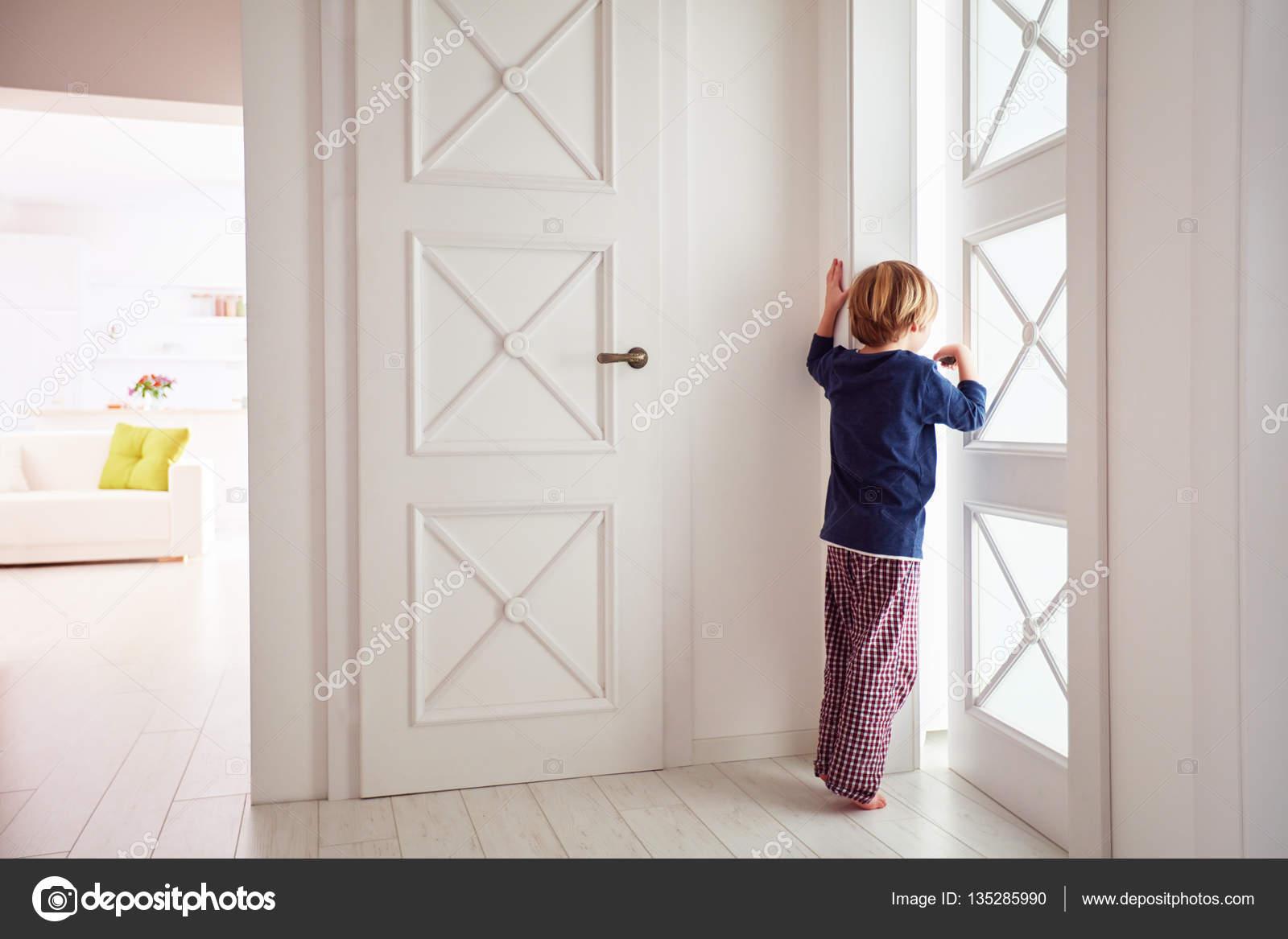 Подглядывала в приоткрытую дверь фото 476-401