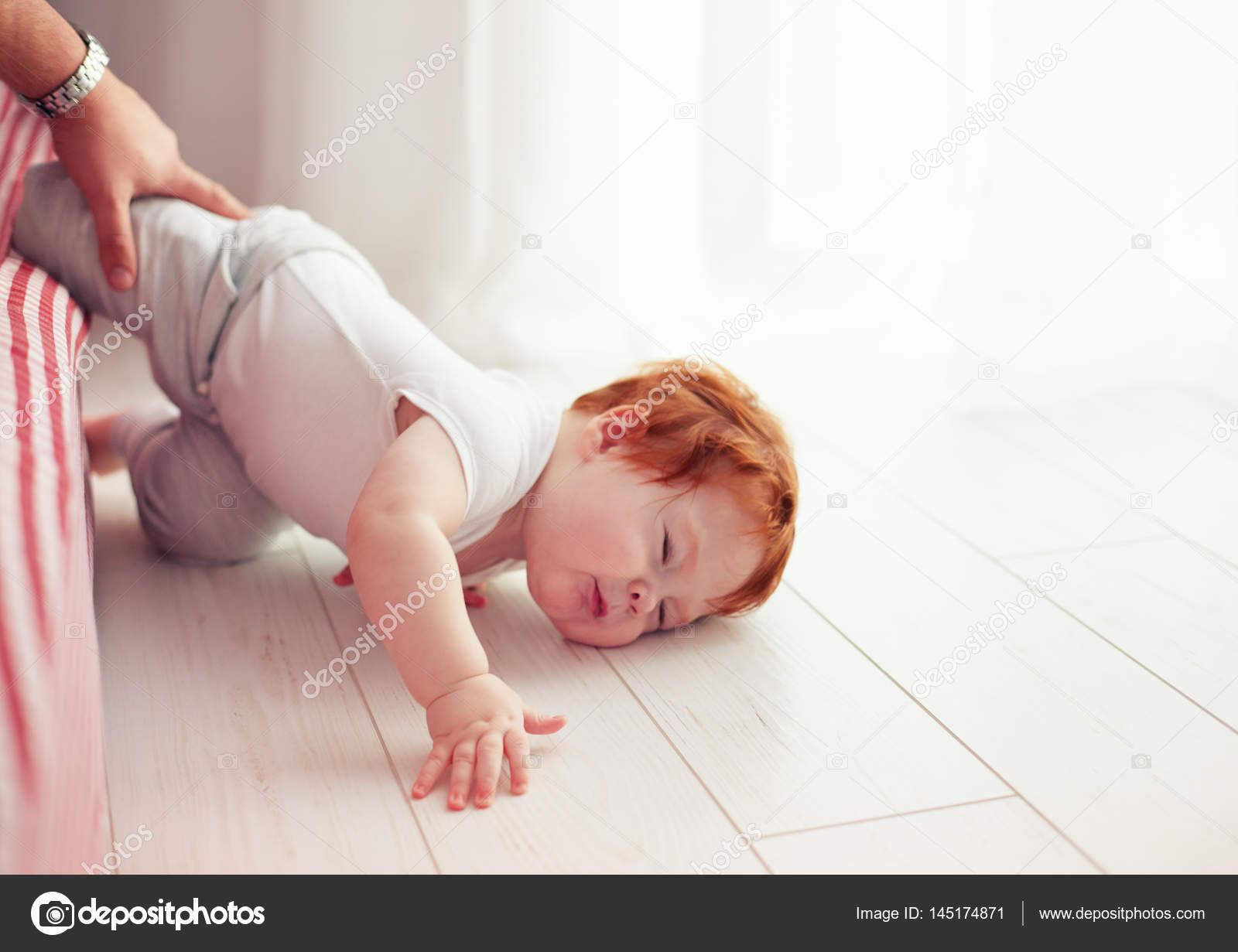 Biedny Maluch Maleństwo Spadła Z łóżka Podczas Indeksowania