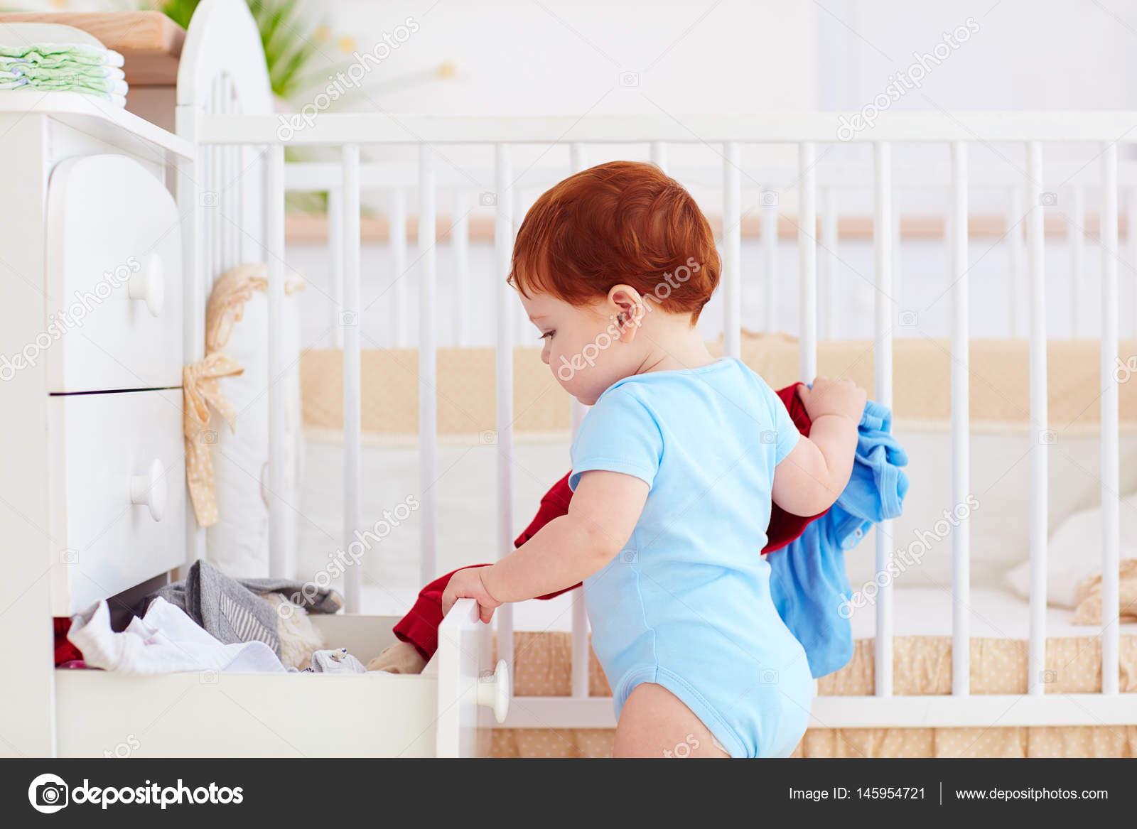 Amüsant Kommode Kleidung Foto Von Lustige Baby Baby Aus Der Zu E