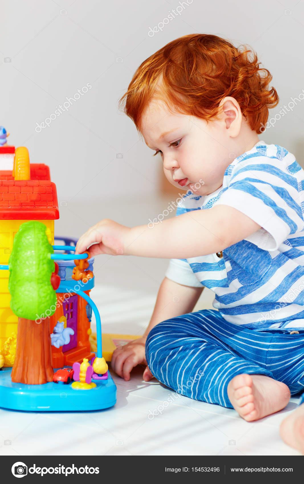 reife Babe mit Spielzeug