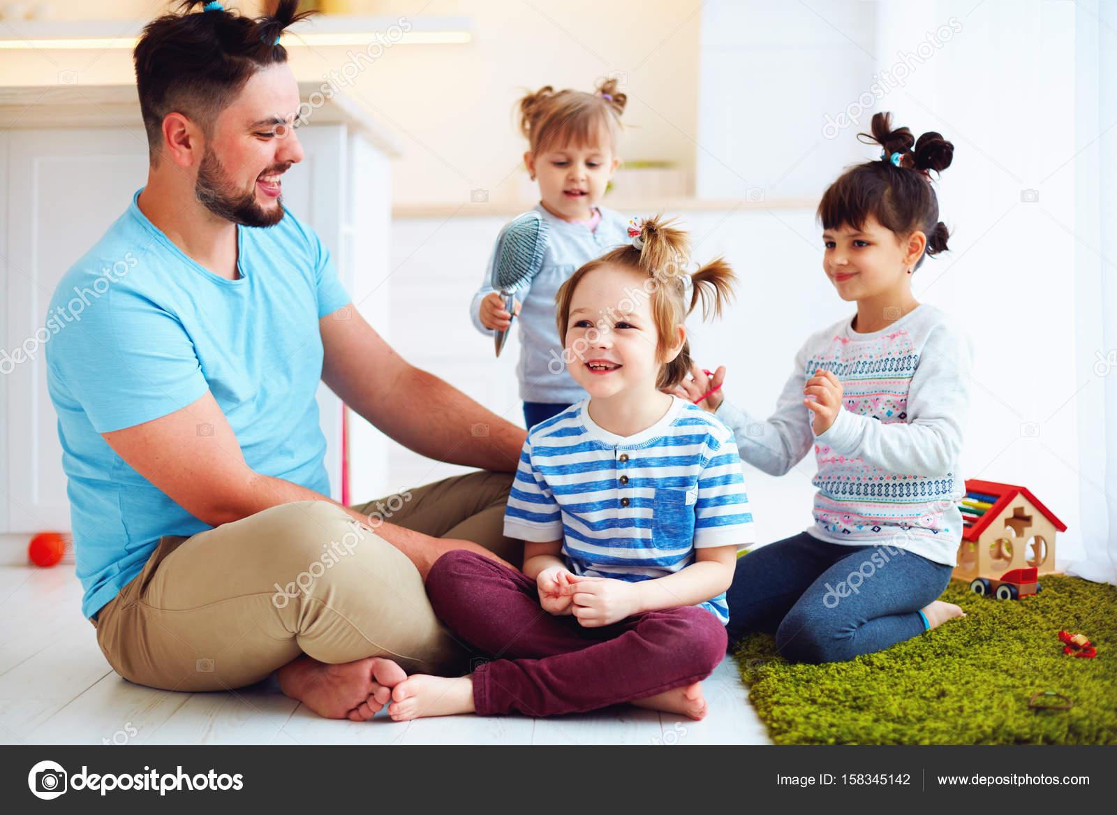 śmiech Ojca Z Dziećmi Co Szalone Fryzury W Domu Zdjęcie