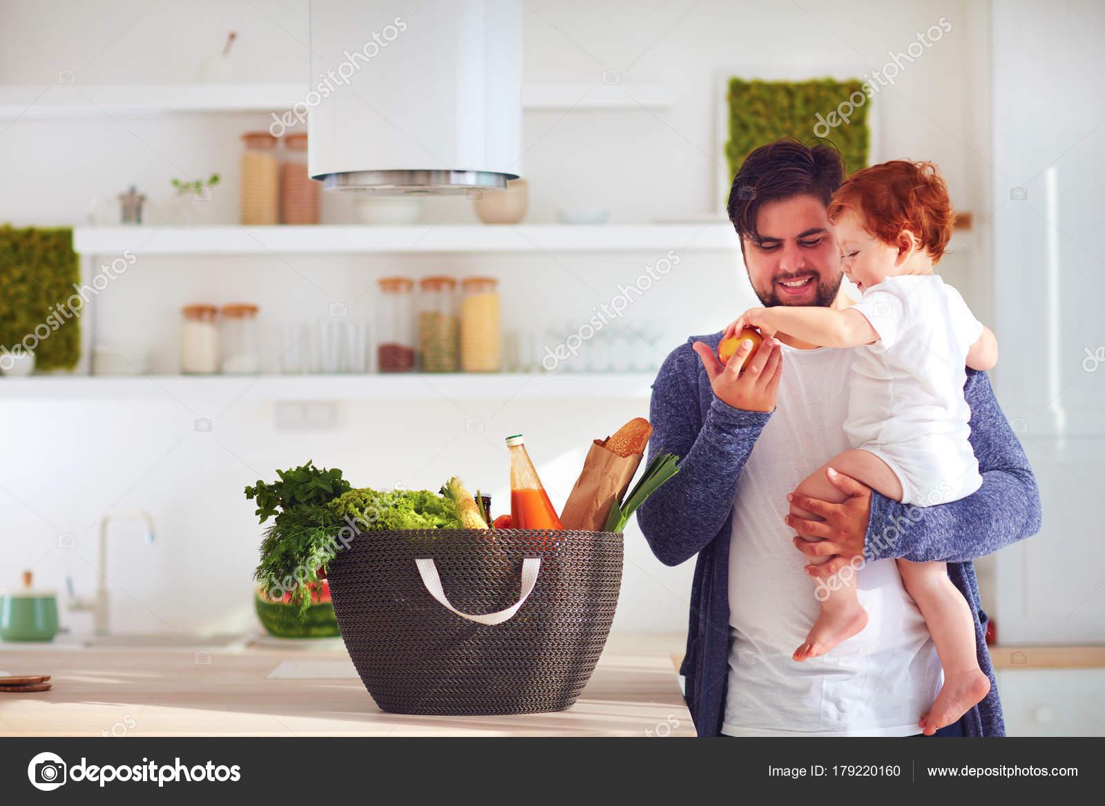 glücklicher Vater mit Kleinkind Baby Sohn Frischobst aus Warenkorb ...