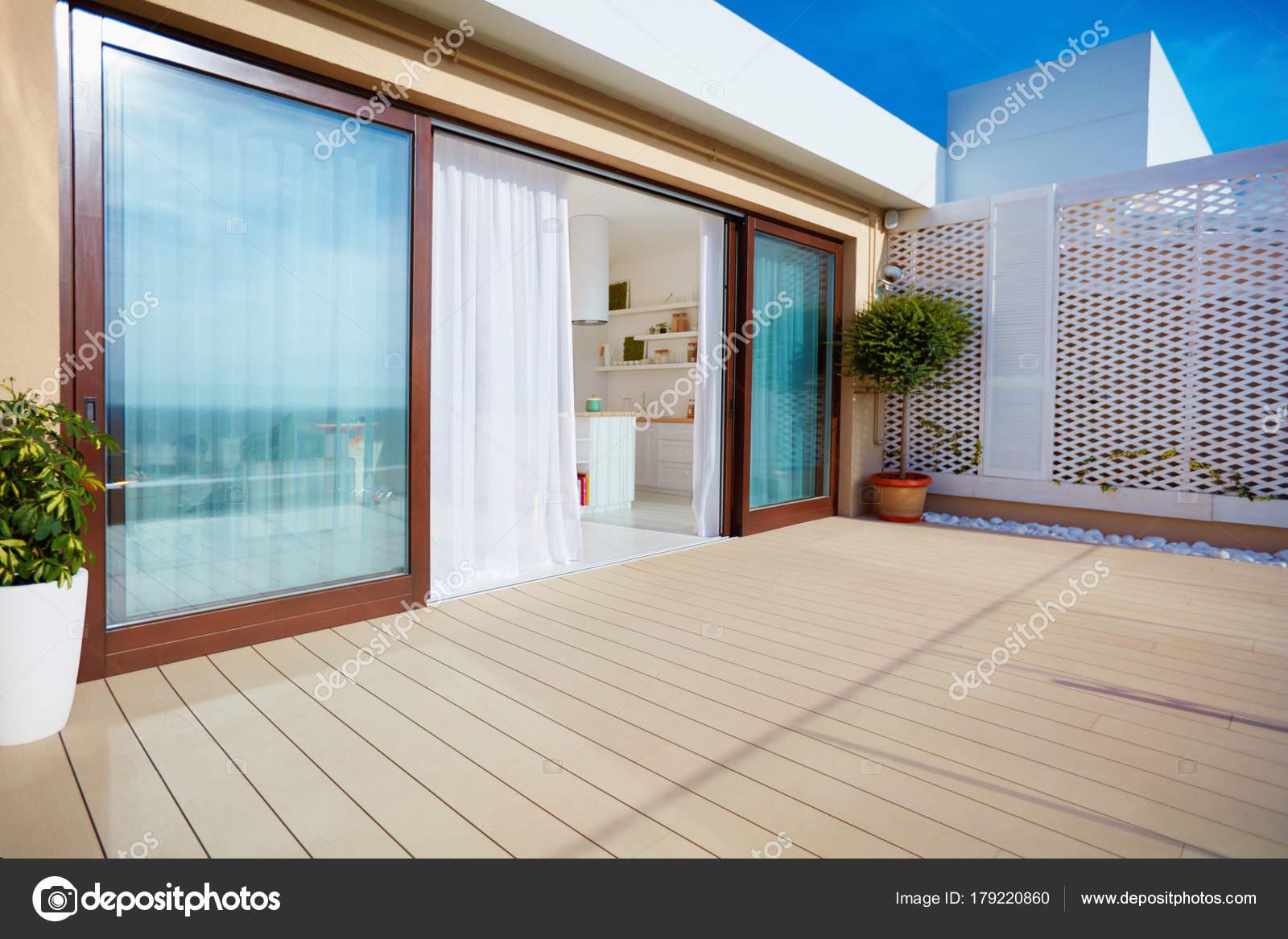 terrazza sul tetto con cucina open space, porte scorrevoli e decking ...