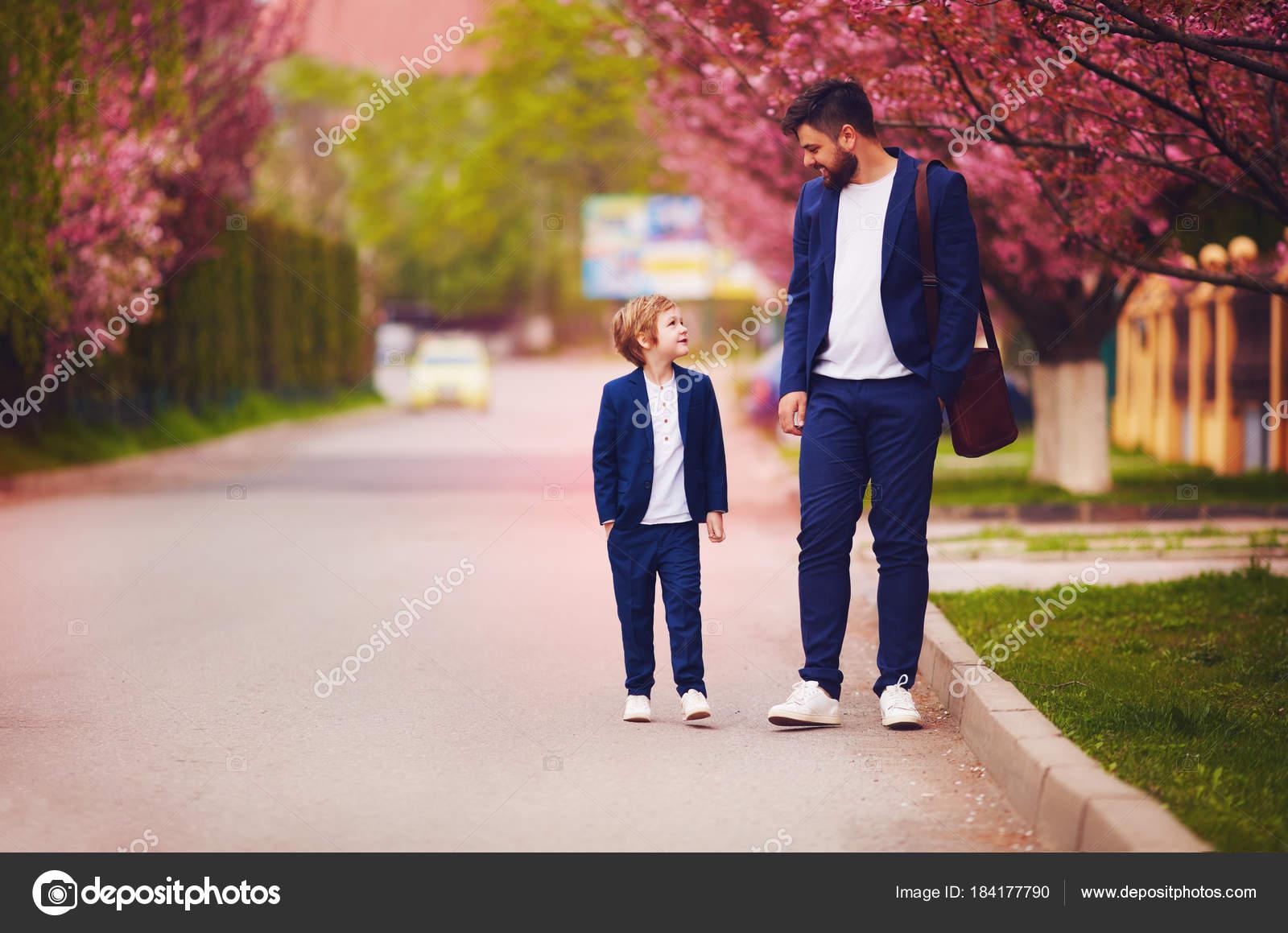 003335a2094732 Feliz pai e filho caminhando juntos florescendo Primavera ruas ...