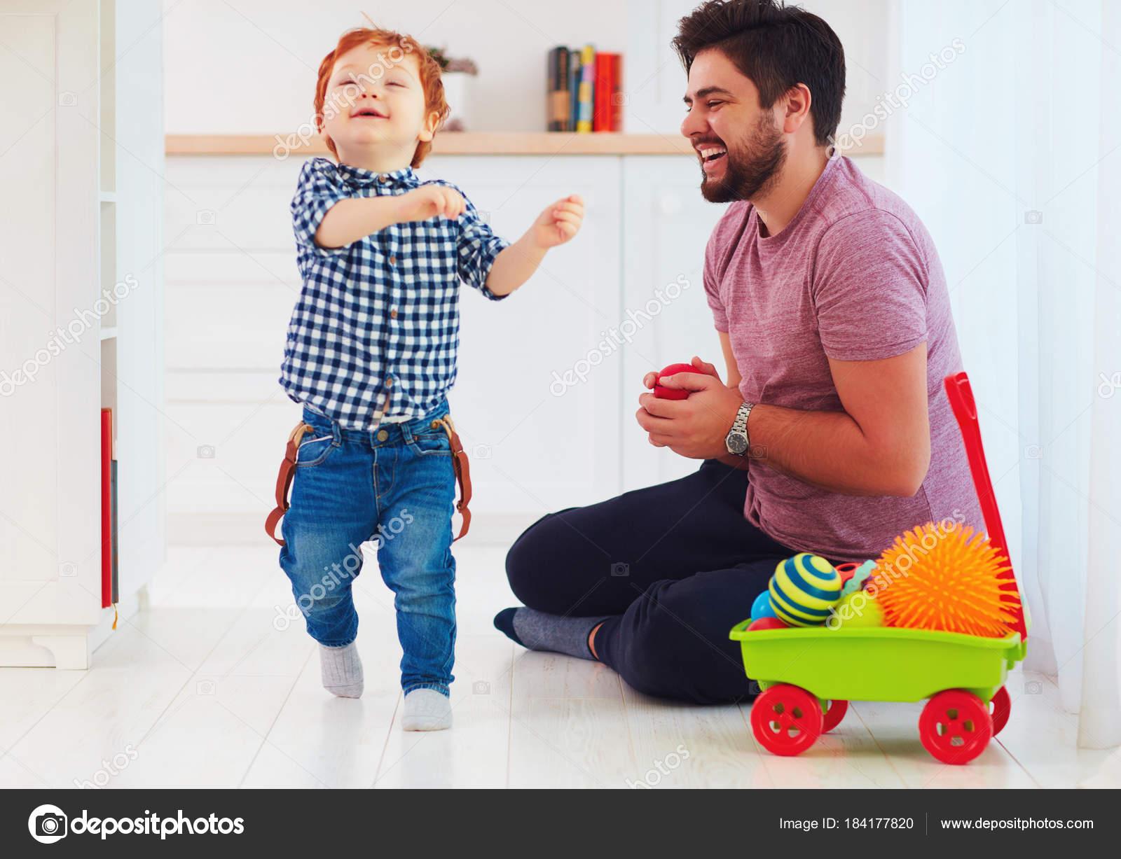 Momento Franca De Padre Feliz Jugando Con Lindo Hijo En Casa Juegos