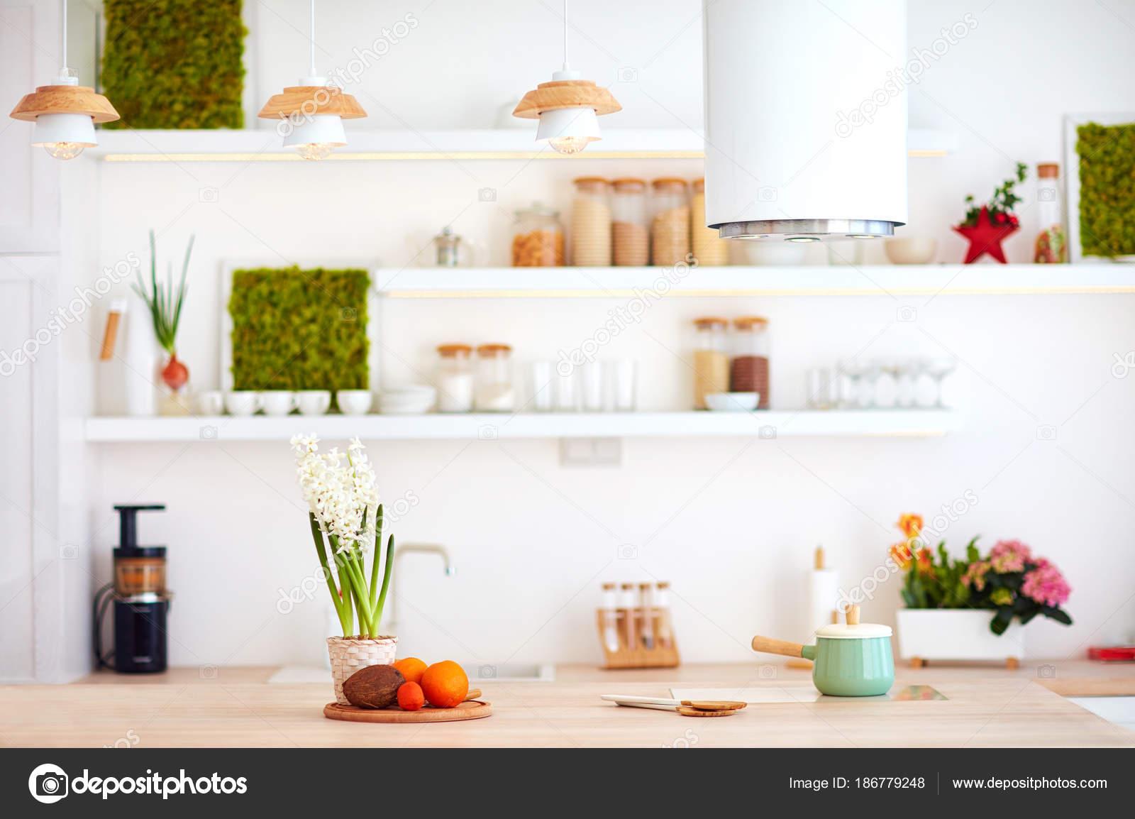 Aconchegante Cozinha Brilhante Com Madeira Da Bancada E Ilha Coifa