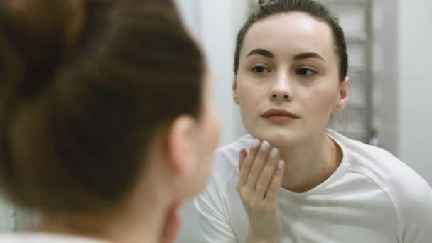 portré gyönyörű nő alkalmazása smink készül otthon nézi a tükörben élvezi a természetes arcszín