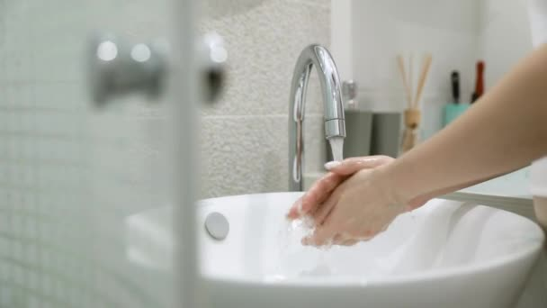 Hygiena, Dívčí ruce tření rukou, mytí často mýdlem, zabránit kontaminaci virů, vypuknutí Covid-19, dezinfekce, čištění rukou zastavit šíření bakterií, Koronavirus pandemie