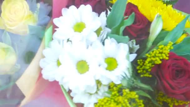 Multi-barevné kytice květin v pohybu. Krásné květinové kompozice na pohyblivé showcase.