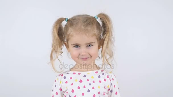 ein nettes kleines Mädchen lächelt isoliert auf weißer Nahaufnahme