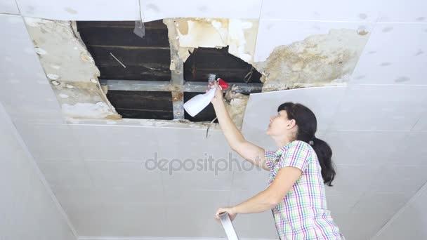 Lekkage Plafond Woonkamer : Jonge vrouw schoonmaak schimmel op het plafond plafondpanelen