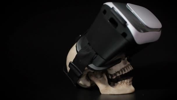 Menschlicher Schädel mit offenem Mund in einer virtual-Reality-Helm ...