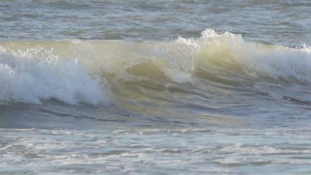 Zpomalený pohyb velké vlny Surf havárie na břeh dopředu o hurikánu. Pěnové vlna vichřice.