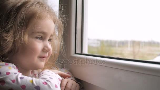 Resultado de imagen de niño mirando por la ventana