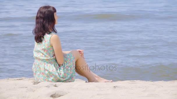 Фото на пляже со спины в платье