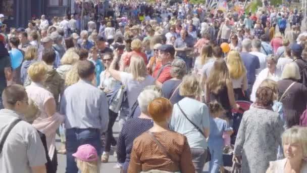 Ulice plné velmi rušné dav. Město pěší. Velké množství lidí, kteří jdou ve městě. Přeplněné ulice na den města Kaliningrad. Zpomalený pohyb. Kaliningrad - červenec 2017 ruské.