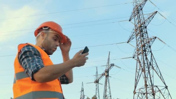 Elektrotechnik, podíval se na telefon, čas. Na konci pracovního dne.