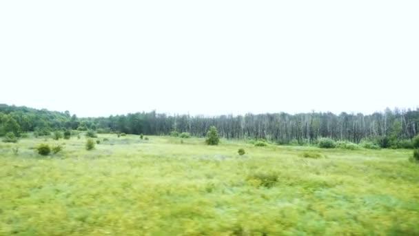 Pohled z okna vlaku. Pohled na předávání krajinu z okna vlaku. Pohled z okna auta procházející krajinou.