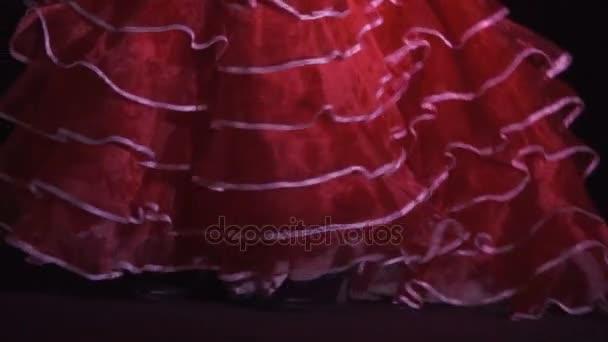 schöne Tangotänzerin, Nacht. schöne junge Frau in rotem Kleid, die Bewegung tanzt, modern, auf schwarzem Hintergrund, Zeitlupe. Nahaufnahme.