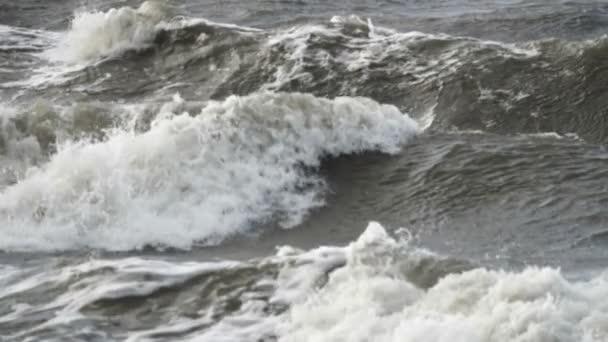 Bouřlivé moře během špatného počasí cyclone hurikánu větry. Zpomalený pohyb moře oceán vody velký příboj vlna splash beach. Zpomalený pohyb.