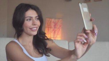 Девушки модели позируют видео