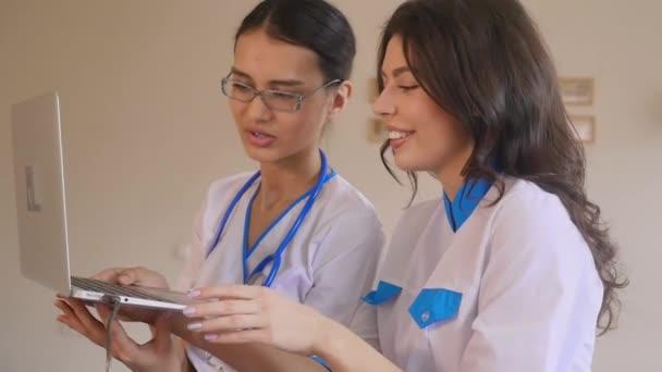zwei schöne junge Ärzte