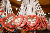 Traditionelle Lebkuchenherzen am Stand des Weihnachtsmarktes in Berl
