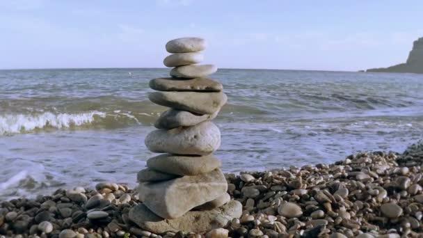 Kő torony a tengerparton.