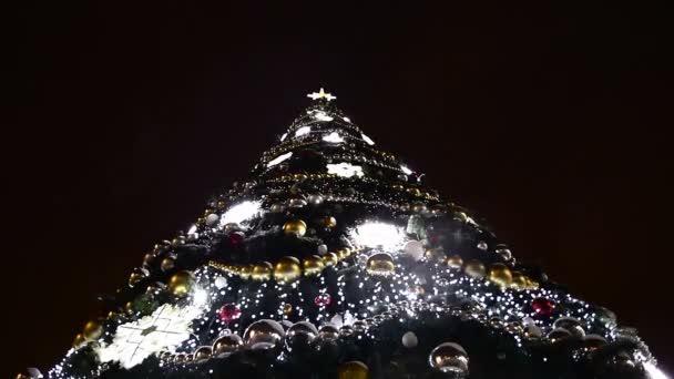 Luci dellalbero di Natale con ghirlande di notte