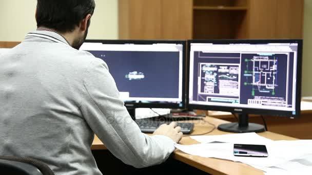 muž s plnovousem, že plány na počítači