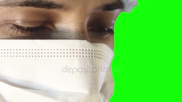 Makro-Nahaufnahme menschlichen Auges. Ein Mann mit medizinischer Maske und Mütze. Umfangreiche Operation